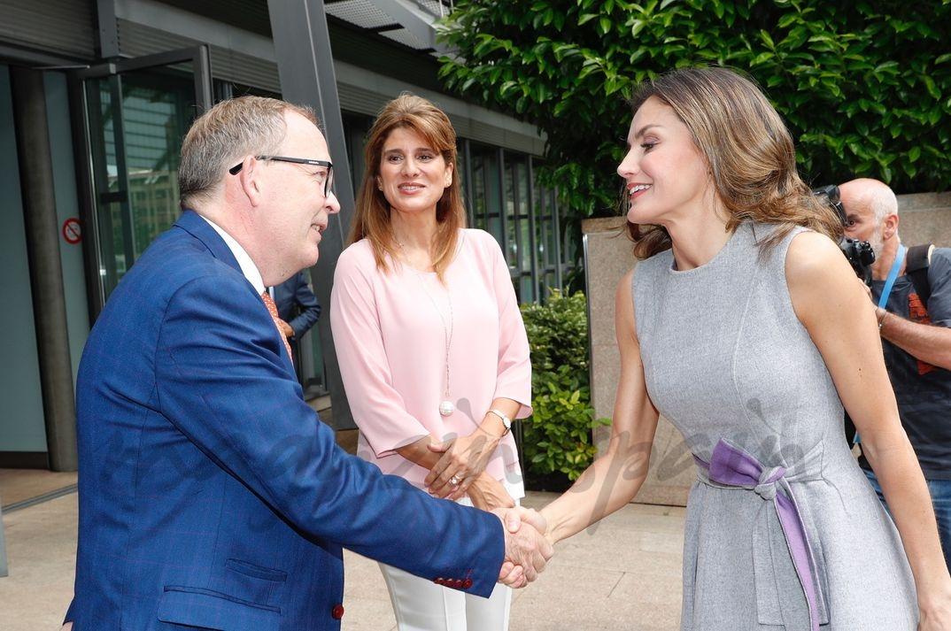 La Reina recibe el saludo del director ejecutivo de la UICC, Cary Adams © Casa S.M. El Rey