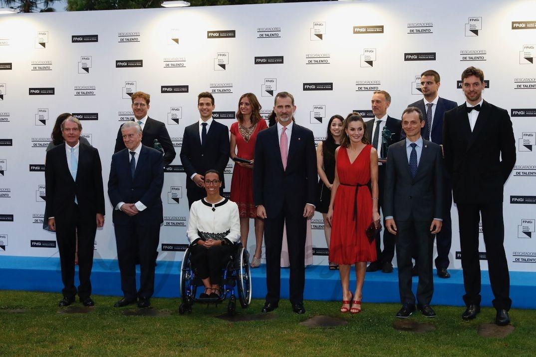 Los Reyes junto a los premiados, autoridades y participantes en el diálogo inaugural © Casa S.M.El Rey