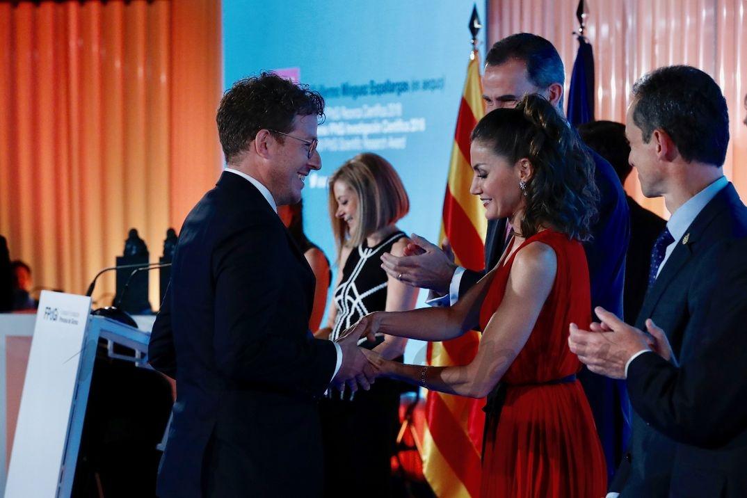 La Reina entregó el Premio Investigación Científica 2018 ex aequo a Guillermo Mínguez Espallargas © Casa S.M. El Rey