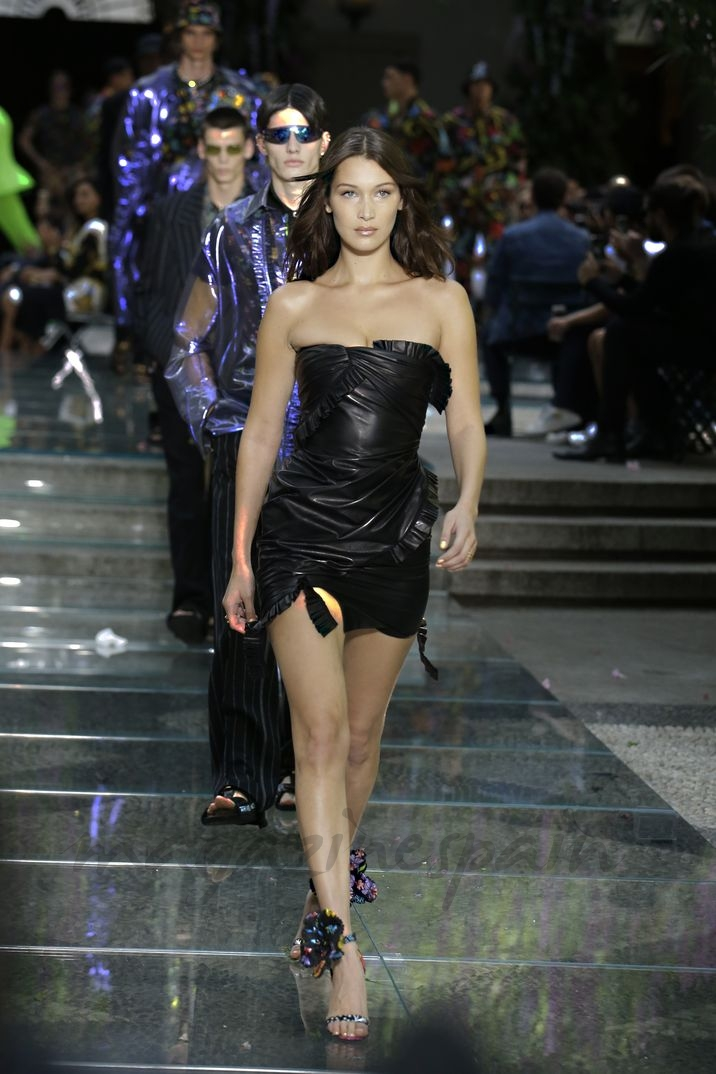 Bella Hadid - Milan Men Fashion Week: Versace Primavera Verano 2018-2019