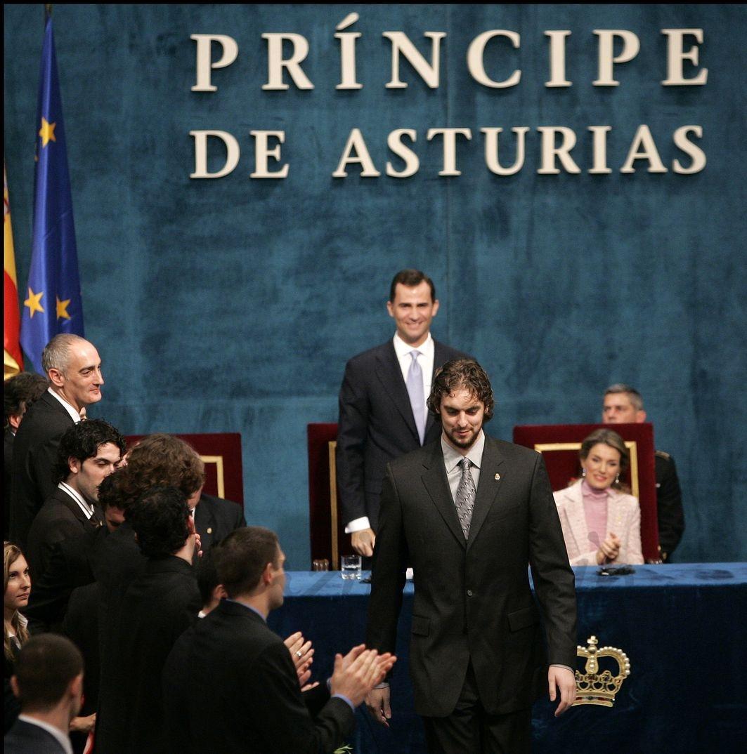 Pau Gasol recibe el Premio Príncipe de Asturias al Deporte en 2006 como capitán de la selección española de baloncesto