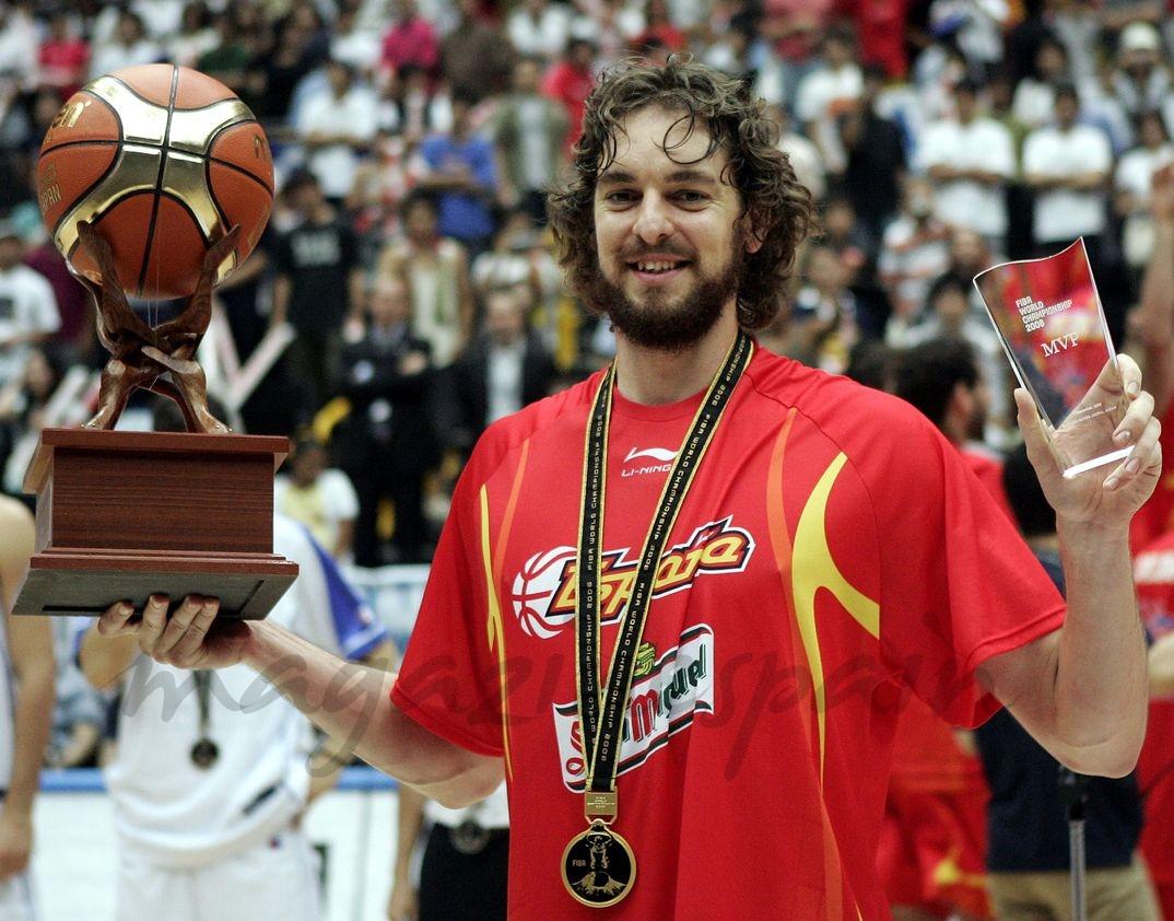 Pau Gasol - Final del Mundial de Baloncesto - Japón - Recibe el trofeo MVP al mejor jugador del mundial - 2006