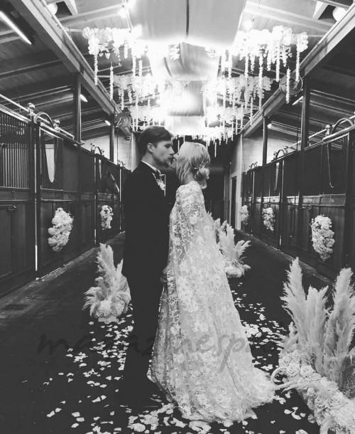La romántica boda, en un establo, de Kaley Cuoco con el multimillonario Karl Cook