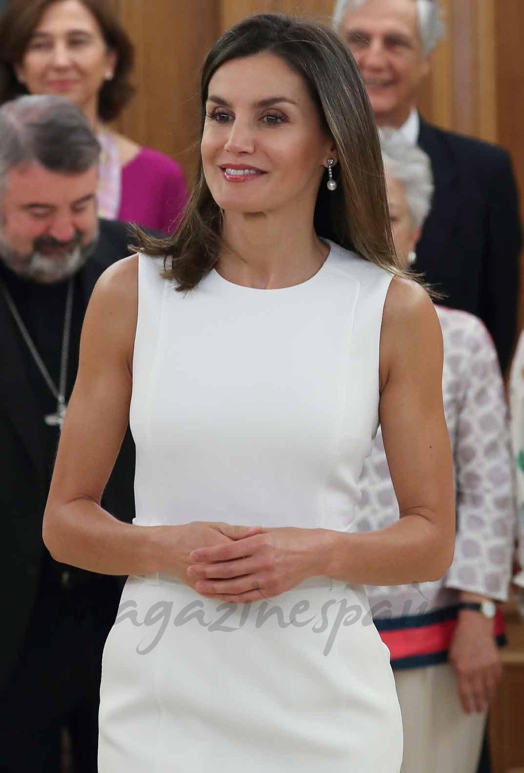 La reina Letizia apuesta por el total white
