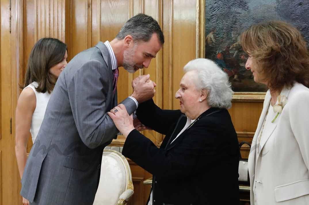 El Rey recibe el saludo de la Infanta Doña Pilar de Borbón, presidenta de Honor de la Asociación Nuevo Futuro © Casa S.M. El Rey