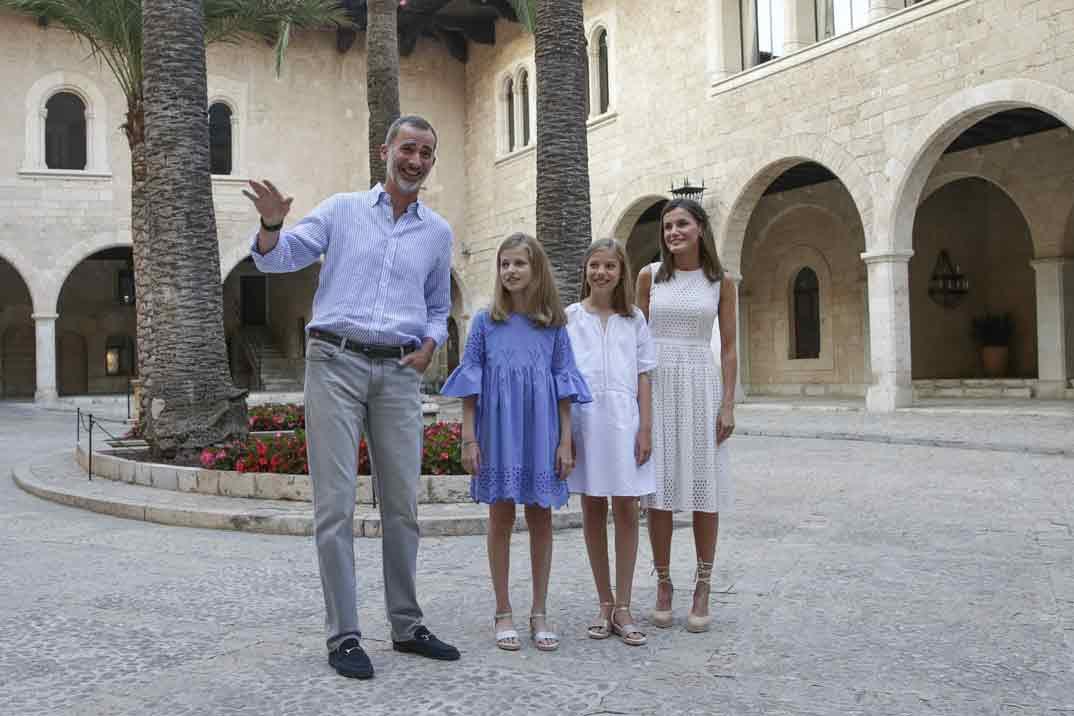Los Reyes Felipe y Letizia con la princesa Leonor y la infanta Sofía