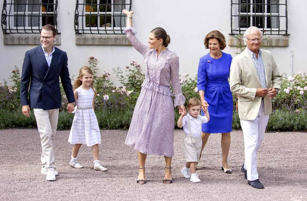 Victoria de Suecia con su marido Daniel, sus dos hijos y los reyes de Suecia