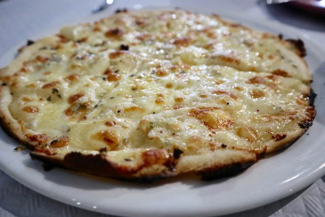 Pizza de pera y queso gouda