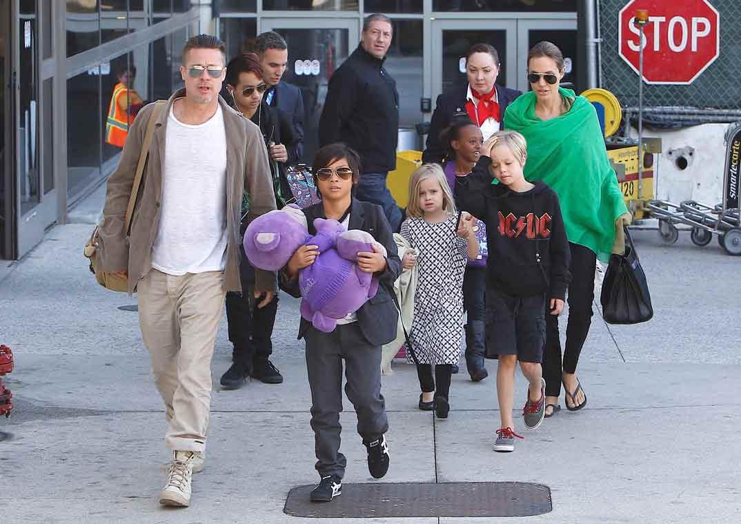 Angelina Jolie y Brad Pitt con sus hijos - Foto archivo 2014