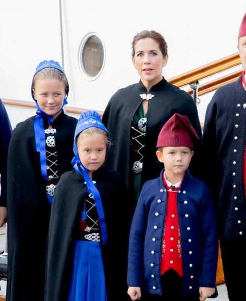 El tradicional y «original» posado del príncipe Federico y su familia
