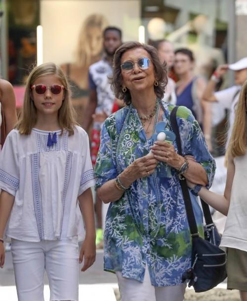 La reina Letizia y sus hijas, de paseo en Mallorca con doña Sofía