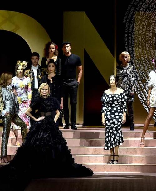 La gran fiesta de Dolce & Gabbana en Milán: Monica Bellucci, Carla Bruni, Eva Herzigova y otras 147 «top models» sobre la pasarela