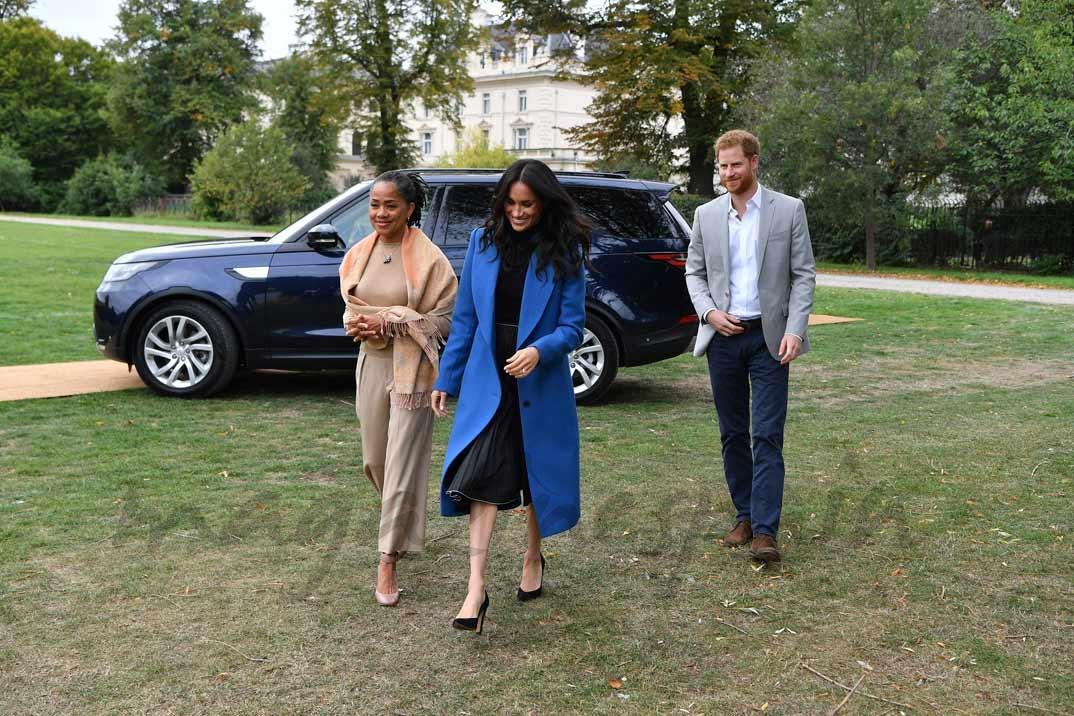 Meghan Markle con el príncipe Harry y su madre, Doria Ragland