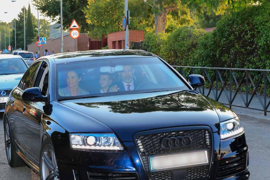 Reyes don Felipe y doña Letizia con princesa Leonor
