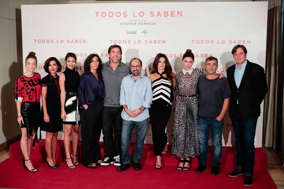"""Penélope Cruz y Javier Bardem con el equipo de """"Todos los saben"""""""