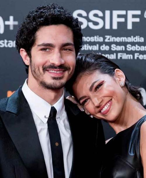 Úrsula Corberó y Chino Darín pasean su amor por la alfombra roja de San Sebastián