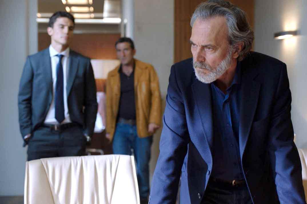 José Coronado y Alex González- Vivir sin permiso - Capítulo 1 © Mediaset