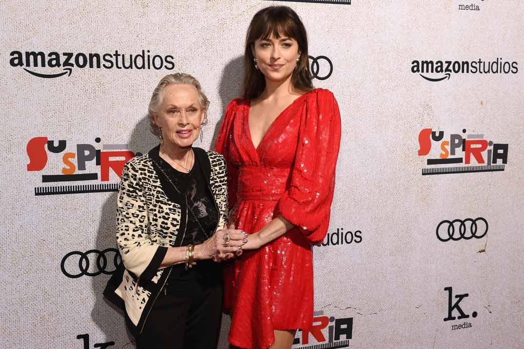 Dakota Johnson posa con su abuela Tippi Hedren en el estreno de «Suspiria»
