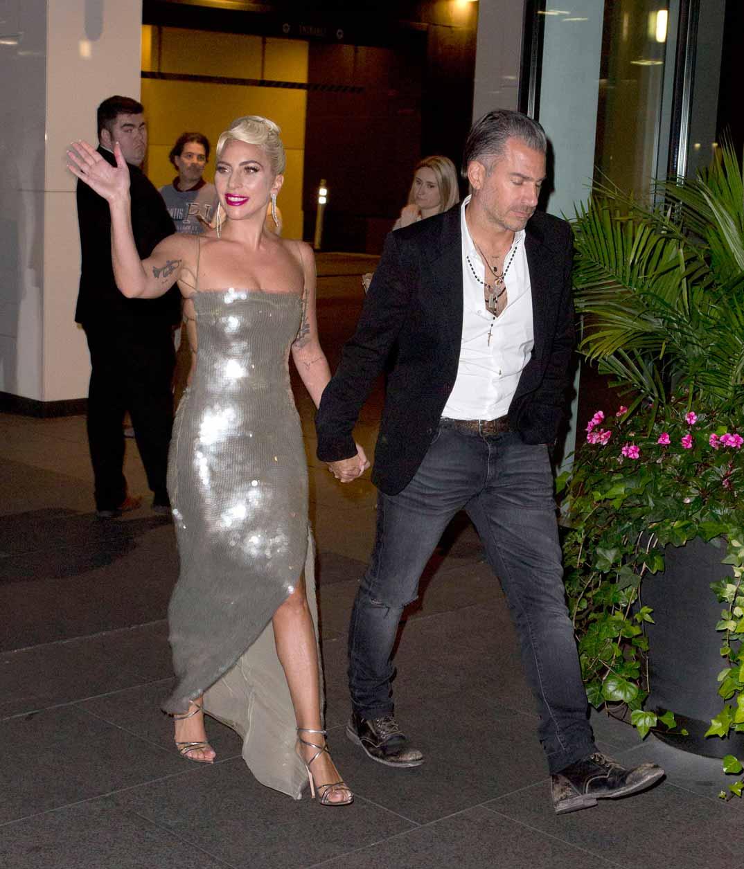 Lady Gaga con su novio Christian Carino