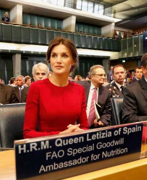 La reina Letizia vuelve a apostar por el rojo para viajar a Roma como Embajadora de la FAO