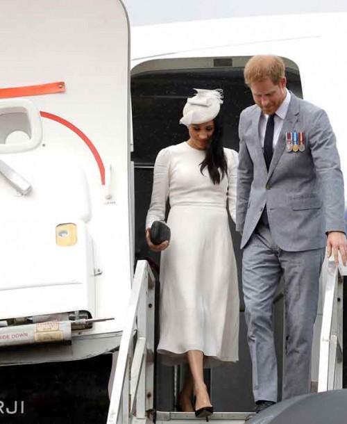 Meghan Markle llega a las islas Fiji vestida de blanco