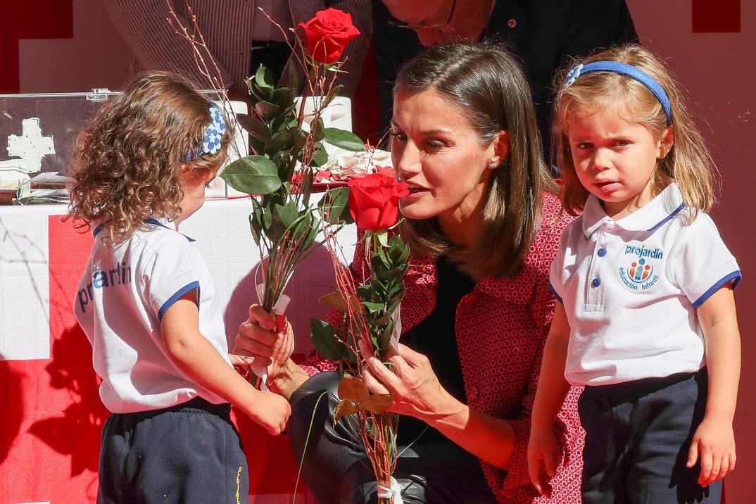 La reina Letizia en el tradional «Día de la Banderita» de la Cruz Roja