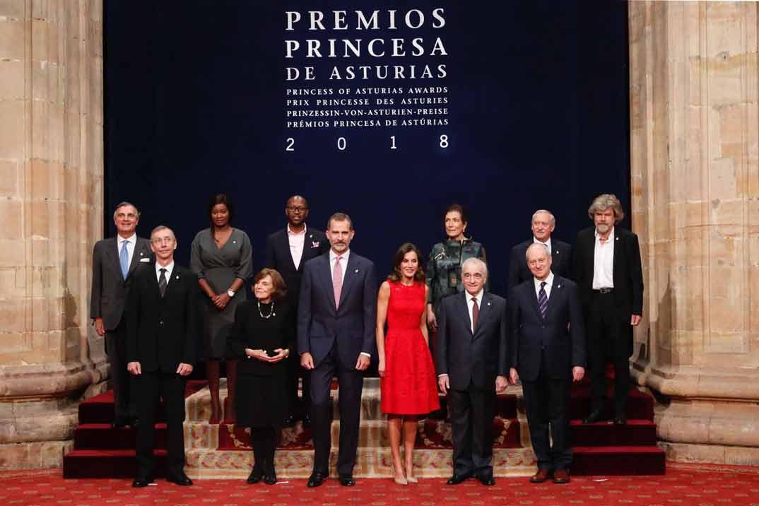 Los Reyes don Felipe y doña Letizia con los galardonados - Premios Princesa de Asturias 2018 © Casa S.M. El Rey