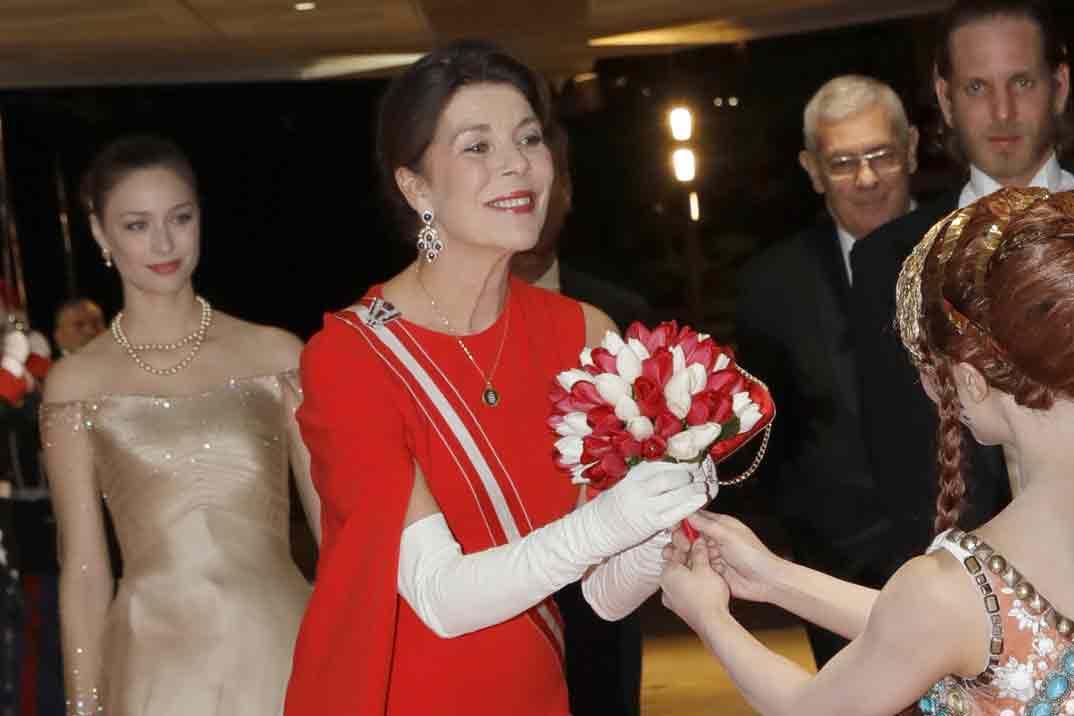 Carolina de Mónaco copia el vestido rojo más espectacular de la reina Letizia