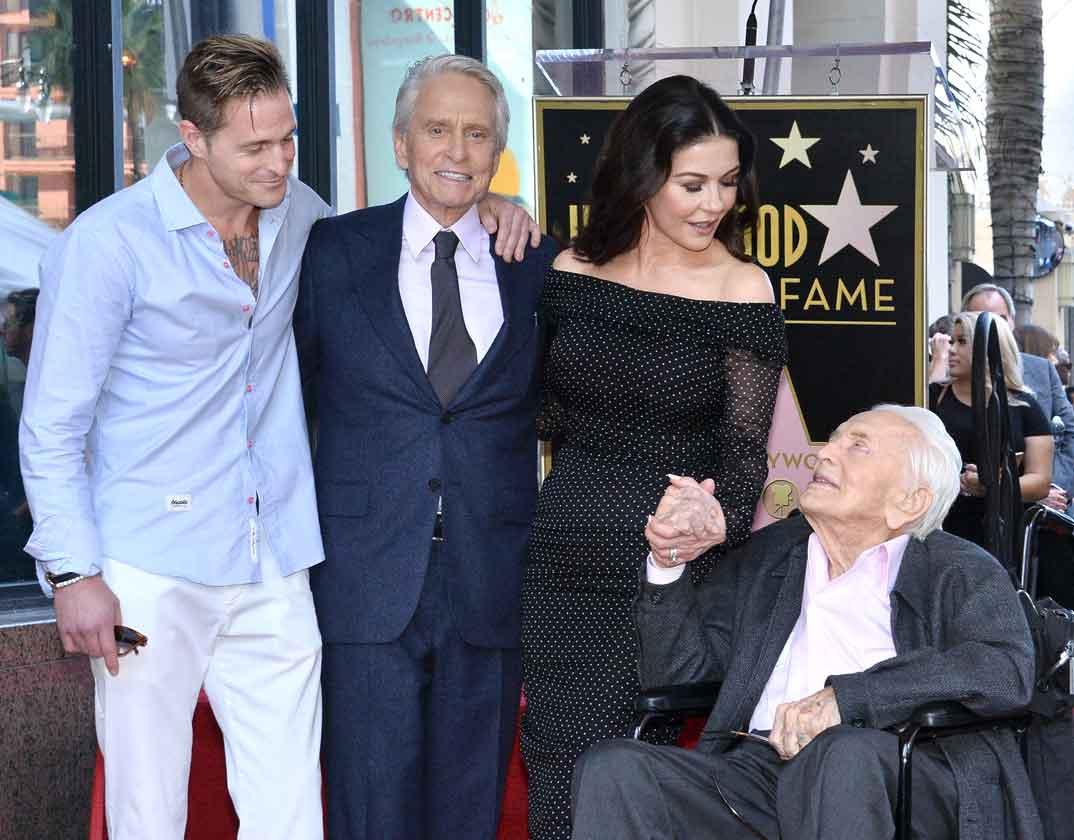 Michael Douglas, Kirk Douglas, Cameron Douglas y Catherine Zeta-Jones