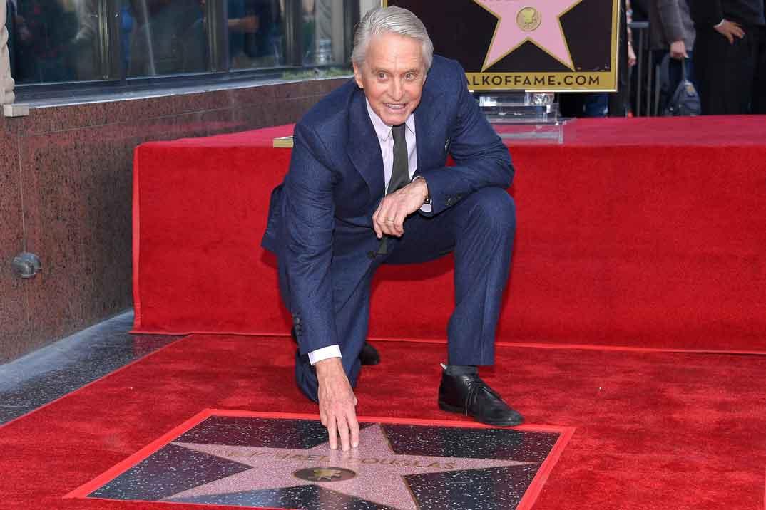 Michael Douglas presume de familia junto a su estrella