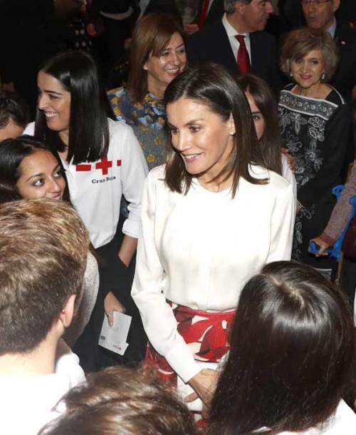 La reina Letizia se viste de chica de la Cruz Roja