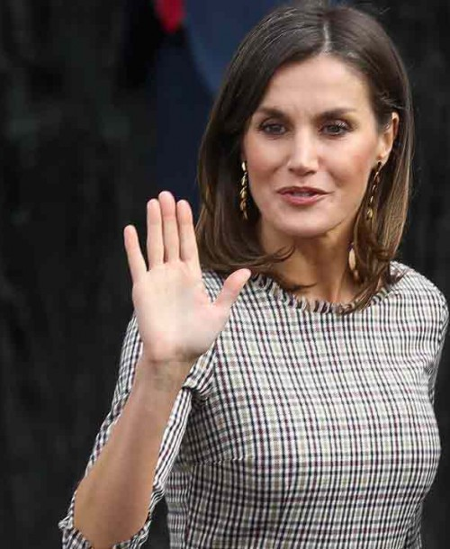 La reina Letizia estrena un perfecto look working girl