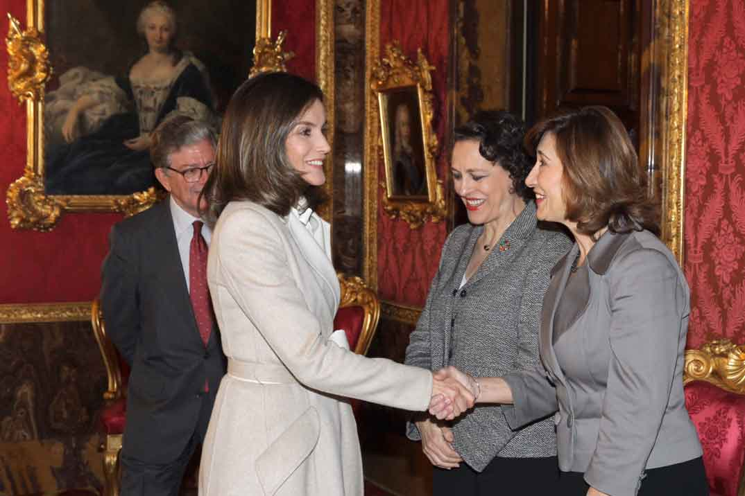 La reina Letizia apuesta por el total beige para un día otoñal
