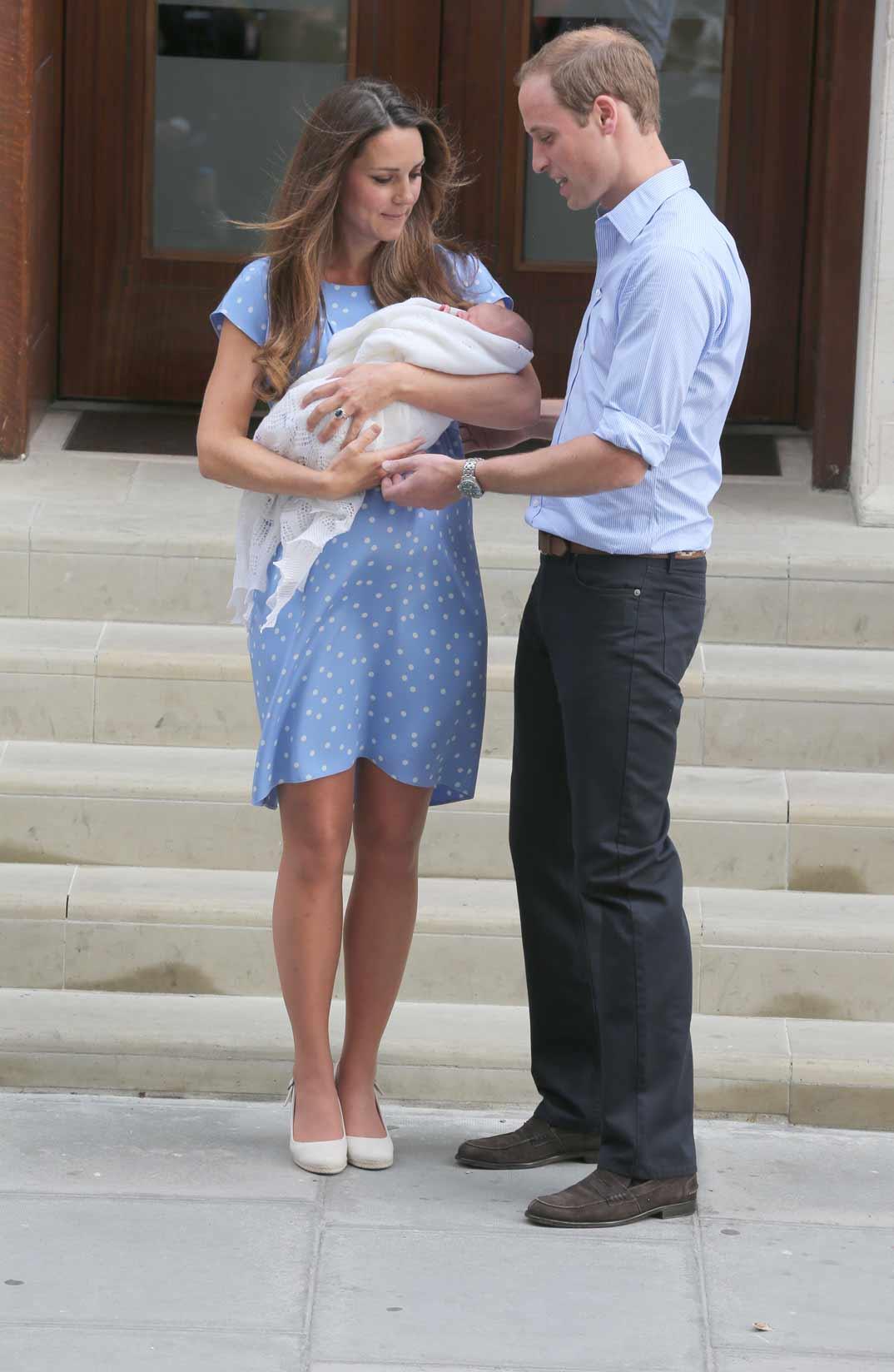 Duques de Cambridge con el príncipe George