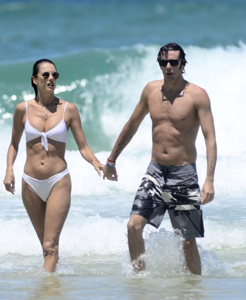 Alessandra Ambrosio presume de novio y cuerpo diez en las playas de Brasil