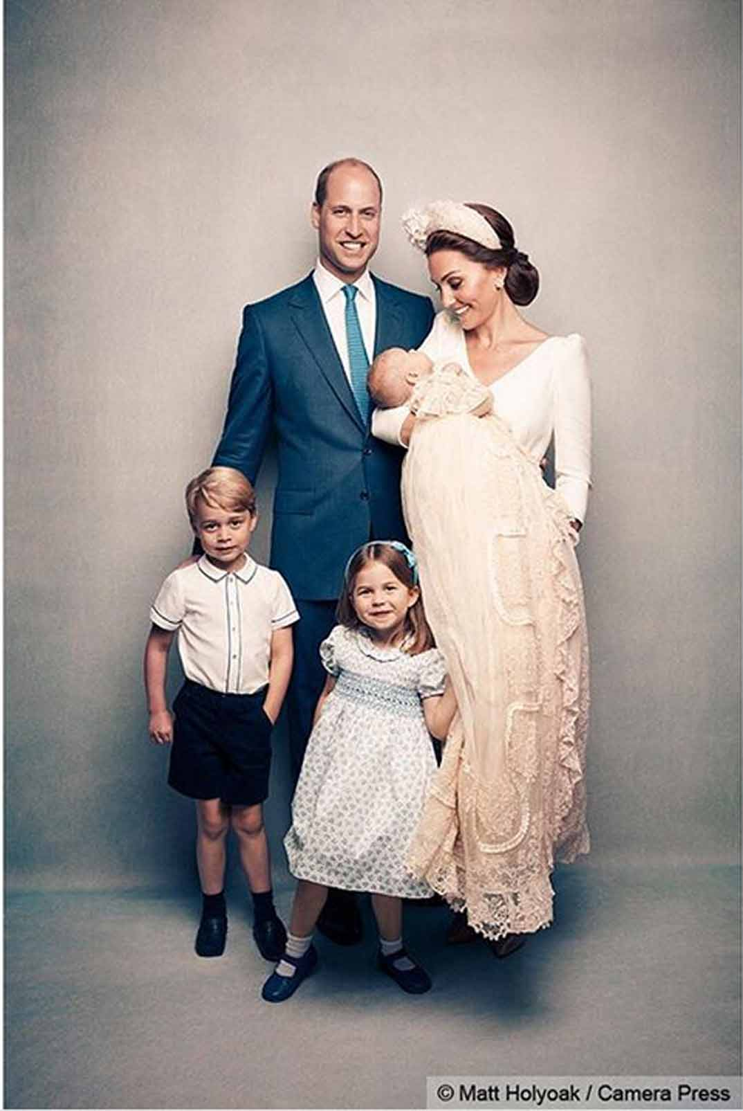 Los Duques de Cambridge con sus tres hijos - Bautizo príncipe Louis - 15/07/2018 - Foto Oficial © Instagram/ Kesington Palace