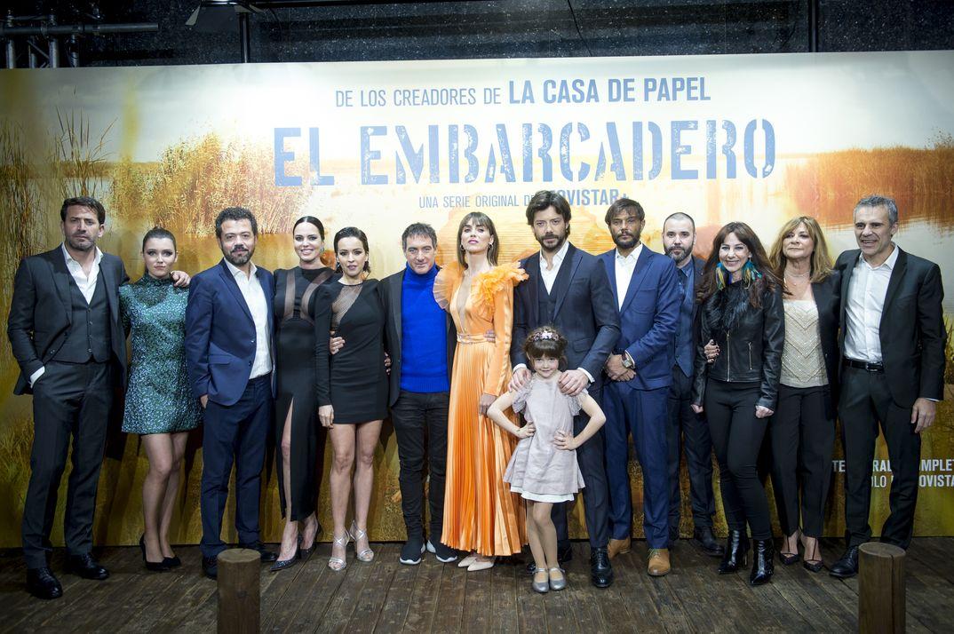 """Álvaro Morte, Verónica Sánchez e Irene Arcos y el resto de los protagonistas de """"El Embarcadero"""" © Movistar+"""