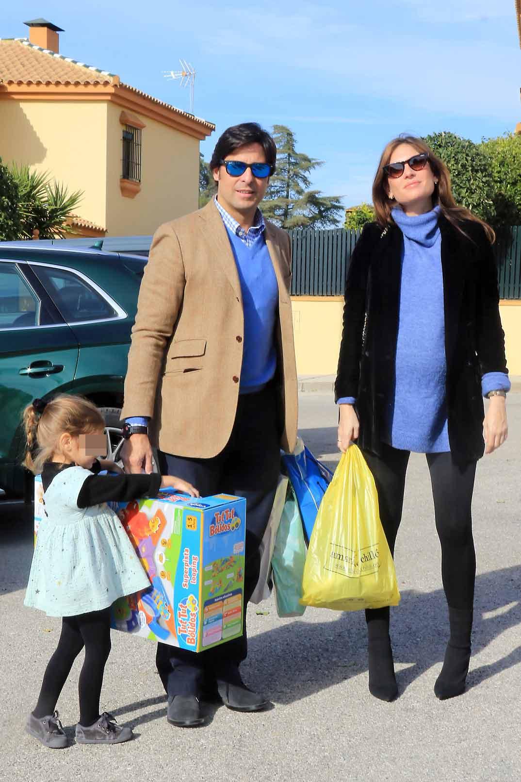 Francisco Rivera y Lourdes Montes con la pequeña Carmen