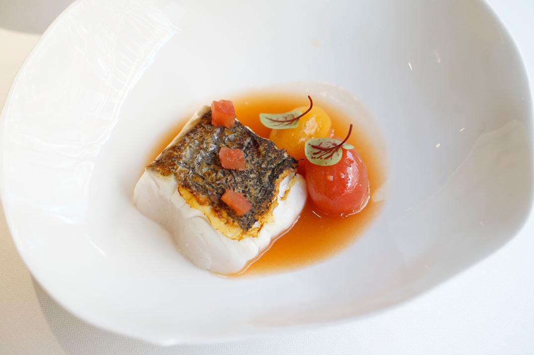 merluza-con-sopa-de-tomate