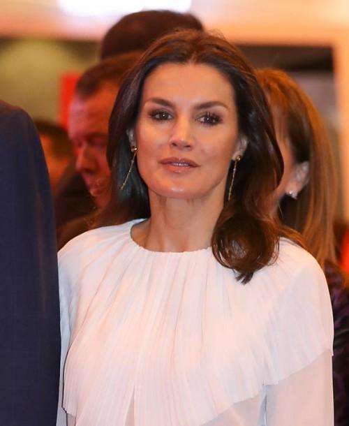 Camisa blanca y falda de cuadros: la combinación perfecta de la reina Letizia en Fitur