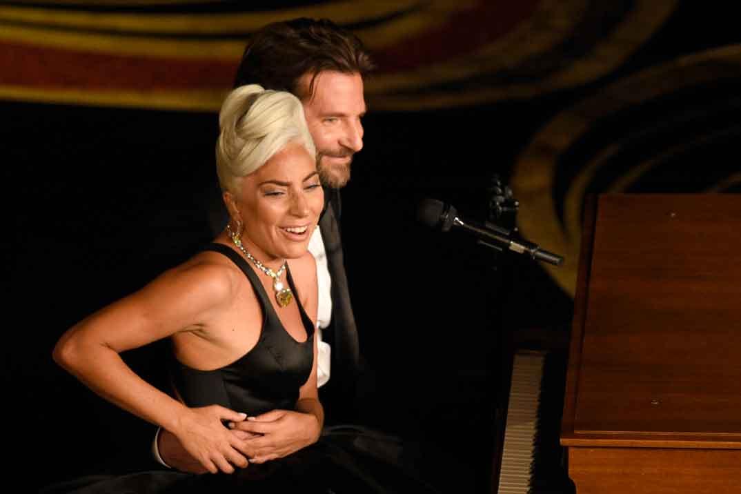 Lady Gaga y Bradley Cooper protagonizan el momento más romántico de los Oscar