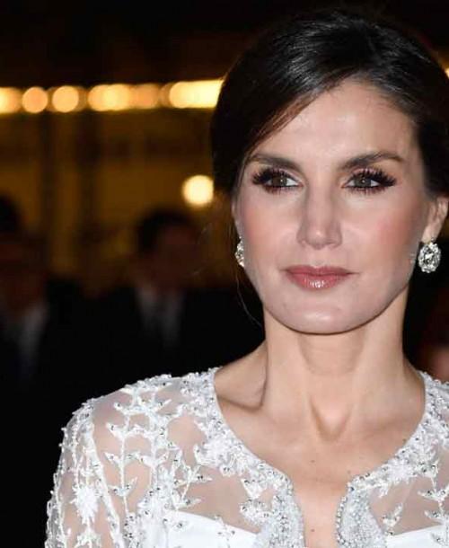 La reina Letizia deslumbra en Marruecos con un vestido joya a medida