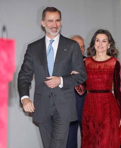La reina Letizia apuesta por el rojo para su última cita en Marruecos