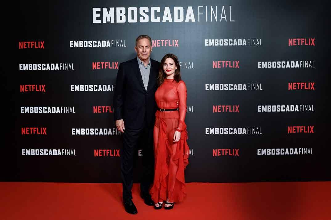 Kevin Costner e Ivana Baquero © Samuel de Román para Getty/Netflix