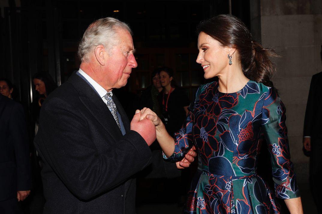 La Reina a su llegada a la National Gallery es recibida por el príncipe Carlos de Inglaterra © Casa S.M. El Rey