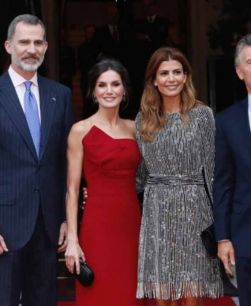 La reina Letizia, de rojo, pone el broche de oro a su duelo de estilo con Juliana Awada
