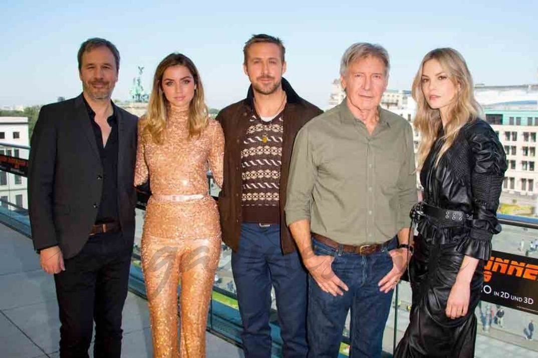 Ana de Armas con Denis Villenneuve, Ryan Gosling, Harrison Ford y Silvia Hoeks - Blade Runner 2049 - 2017