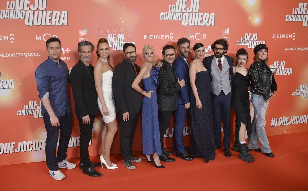 Amaia Salamanca con sus compañeros de reparto - Lo dejo cuando quiera © Mediaset