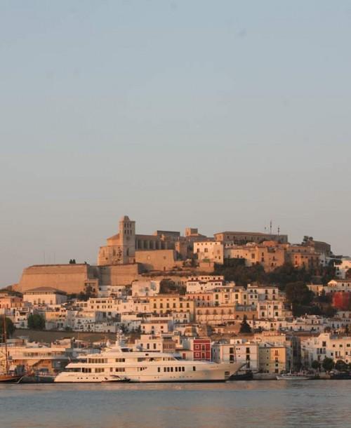 Los juglares y el folklore convierten Ibiza en una fiesta medieval