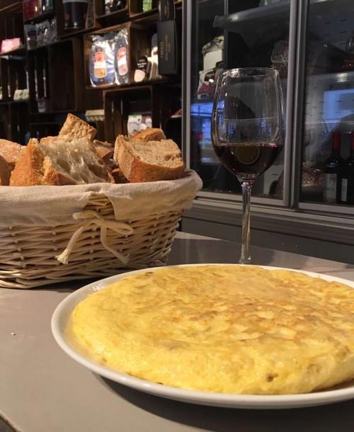 Degustación de tortilla de patatas, pan y vino de Madrid